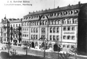 schwarz-weiß Foto eines mehrstöckigen Gebäudes mit einigen Bäumen davor